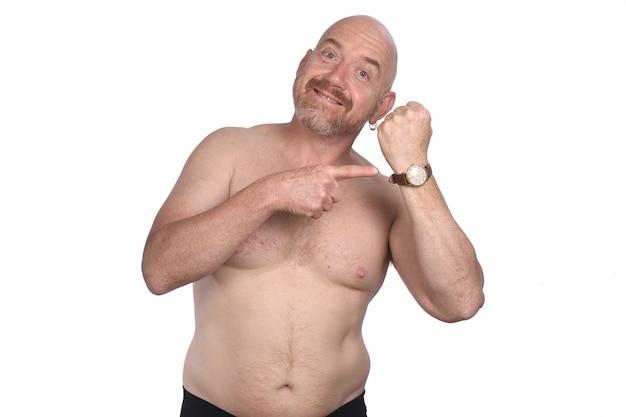 Homme pointant l'heure sur fond blanc