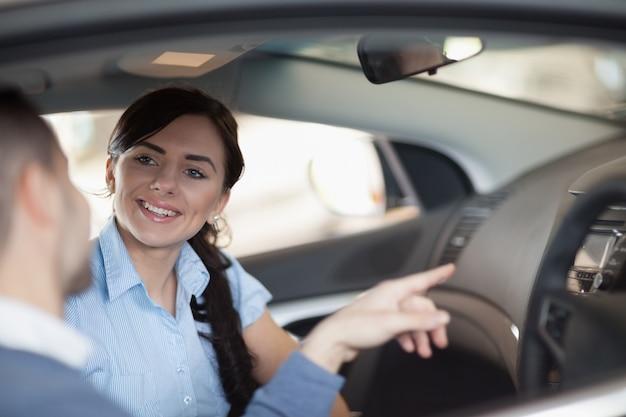 Homme pointant un intérieur de voiture