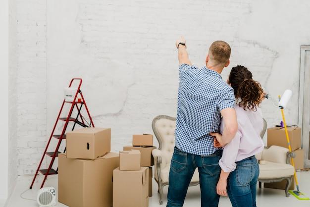 Homme pointant sur le mur pour femme