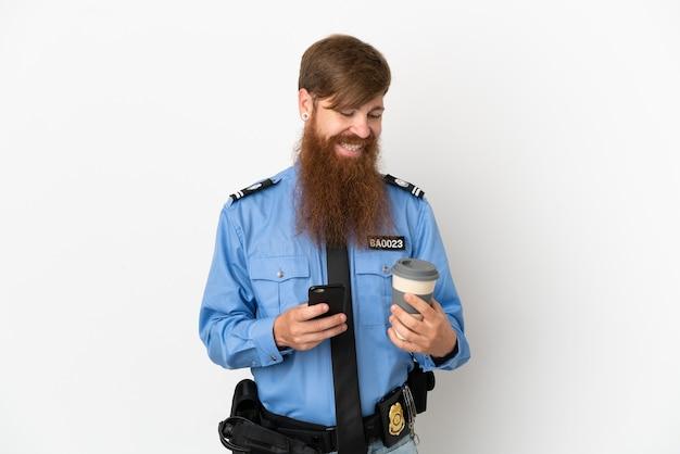 Homme de police rousse isolé sur fond blanc tenant du café à emporter et un mobile