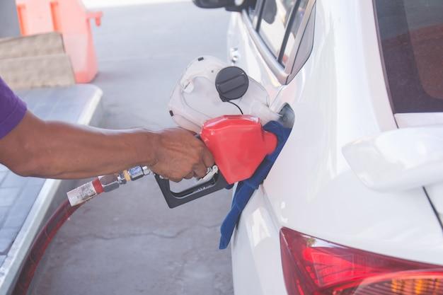 Homme pompant de l'essence dans la voiture à la station d'essence