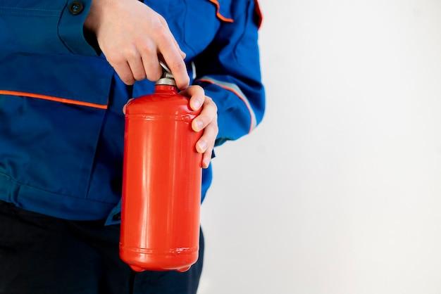 Homme de pompier tenant un extincteur, un travail sûr et un concept de précautions