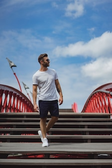 Homme sur le pont à amsterdam, pont de python