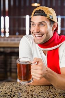 Homme portant une bière