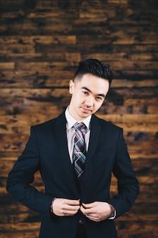 Homme portant un blazer noir