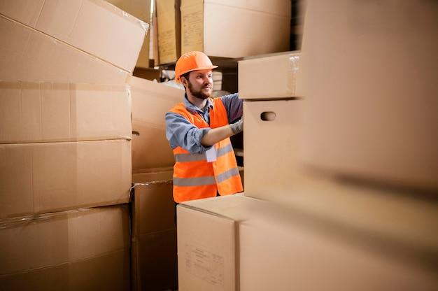 Homme portant un bonnet de sécurité au travail