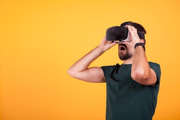 Un homme portant un casque de réalité virtuelle vr est étonné. technologie moderne