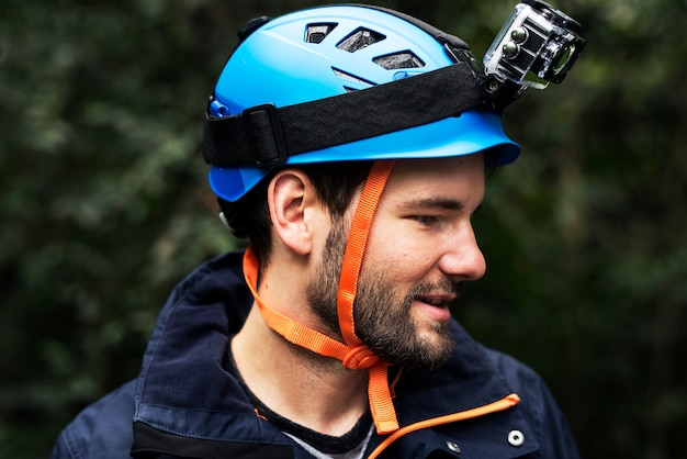 Homme portant un casque de sécurité avec caméra d'enregistrement vidéo