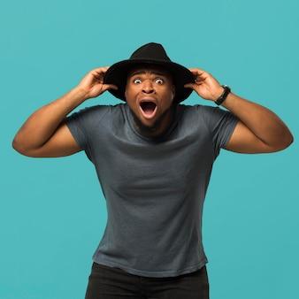 Homme portant un chapeau excité