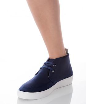 Homme portant des chaussures de mode bleu permanent avec vue de profil côté isolé sur blanc