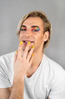 Homme portant des cosmétiques de maquillage et vue de face de vernis à ongles