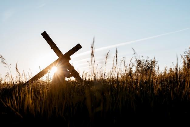 Homme portant une croix