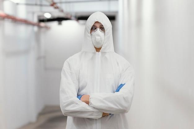 Homme portant un équipement de protection contre un danger biologique