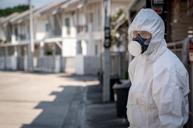 Homme portant des gants avec une combinaison de protection chimique contre les risques biologiques et un masque. avec un visage malheureux.