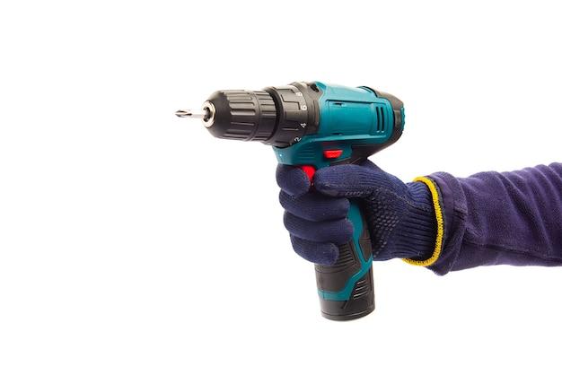 Homme portant des gants de protection bleus tenant un nouveau tournevis automatique électrique