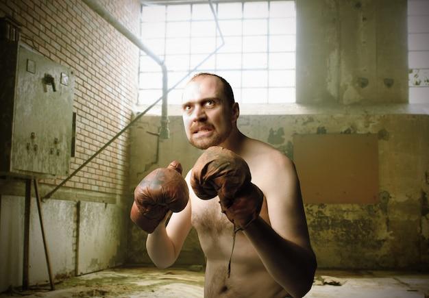 Homme portant des gants