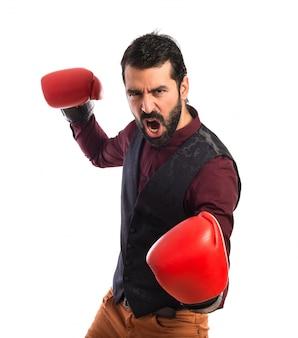 Homme portant un gilet avec des gants de boxe