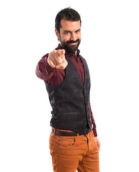 Homme portant un gilet pointant vers l'avant