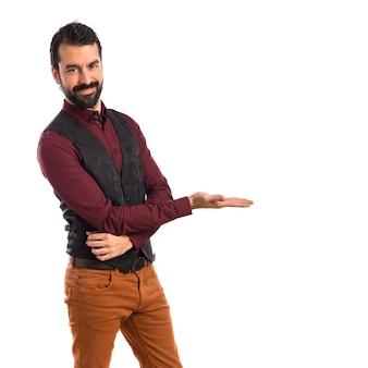 Homme portant un gilet présentant quelque chose