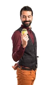 Homme portant un gilet tenant un cactus
