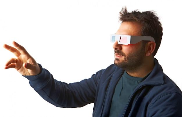 Homme portant des lunettes 3d