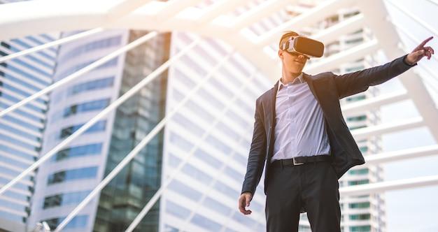Homme portant des lunettes de réalité virtuelle concept simulation business.