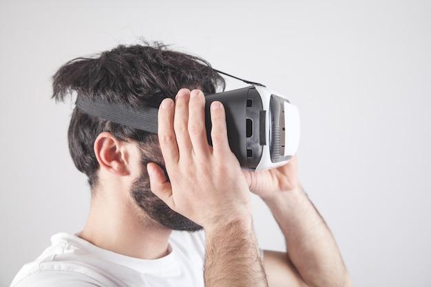 Homme portant des lunettes de réalité virtuelle.