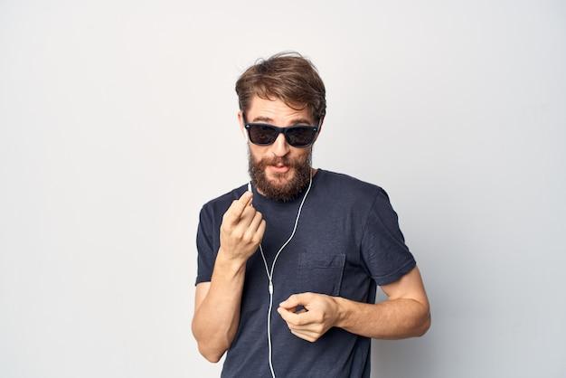 Homme portant des lunettes de soleil casque technologie musique