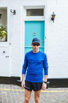 Homme portant des lunettes de soleil noires et une chemise bleue