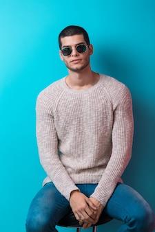 Homme portant des lunettes de soleil