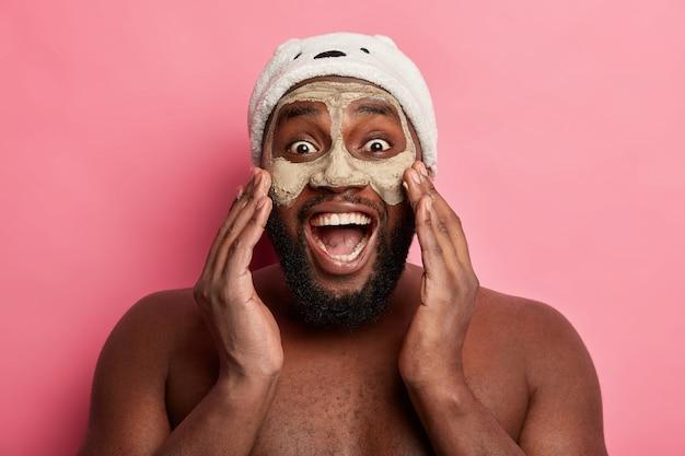Homme portant un masque cosmétique sur le visage pour les soins dermatologiques