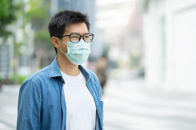 Un homme portant un masque facial protège le filtre contre la pollution de l'air (pm2,5) ou porte un masque n95.