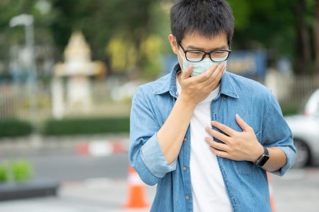 Un homme portant un masque facial protège le filtre contre la pollution de l'air (pm2.5)