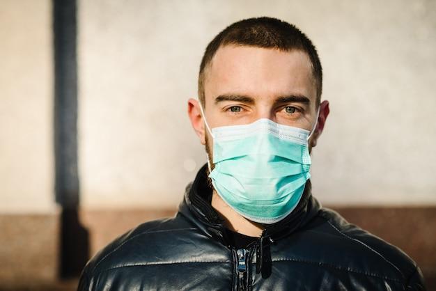 Homme portant un masque hygiénique pour prévenir le virus pm2.5 et le coronavirus. les gens dans des masques. l'épidémie de novel corona virus (2019-ncov) à wuhan en chine. pollution de l'air, concept de sensibilisation à l'environnement.