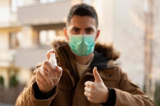 Homme portant un masque hygiénique pour prévenir le virus pm2.5 et le coronavirus.