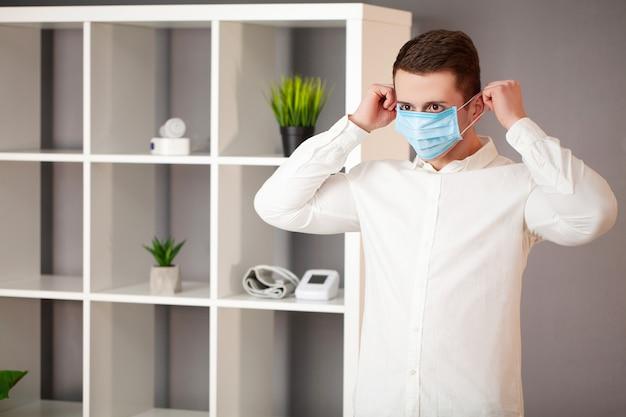 Homme portant un masque de protection contre le coronavirus
