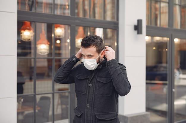 Homme portant un masque de protection dans la rue