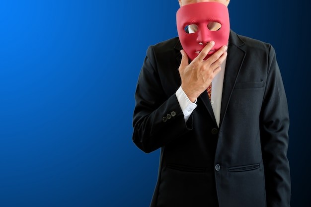 Homme portant un masque.