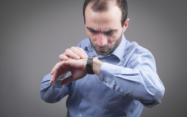 Homme portant une montre-bracelet de luxe.
