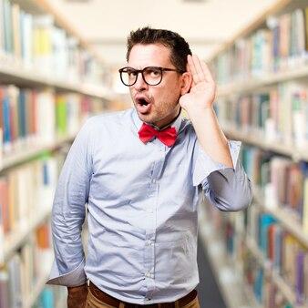 Homme portant un noeud papillon rouge. prêter attention à un bruit.