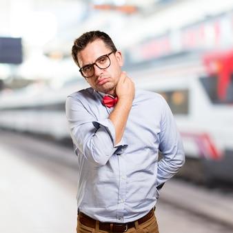 Homme portant un noeud papillon rouge. vous cherchez fatigué.