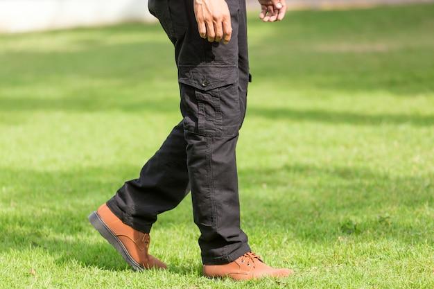 Homme portant un pantalon cargo noir et debout dans le parc naturel