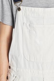 Homme portant une salopette blanche