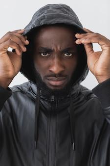 Homme portant un sweat à capuche noir vit le concept de matière
