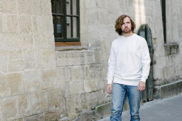Homme portant un sweat-shirt blanc