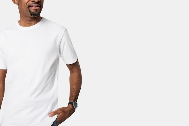 Homme portant un t-shirt blanc minimal