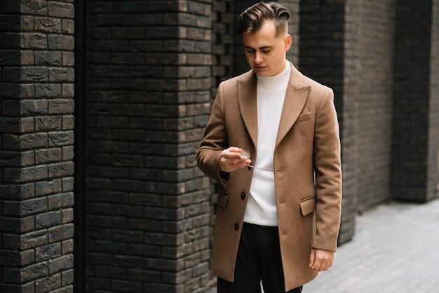 Homme portant une veste d'automne