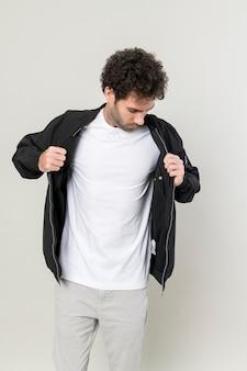 Homme portant une veste en cuir noir