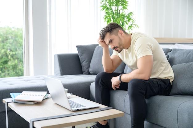 Un homme portant des vêtements décontractés travaillant à domicile, réunion en ligne, appel vidéo, conférence et étude en ligne avec stress