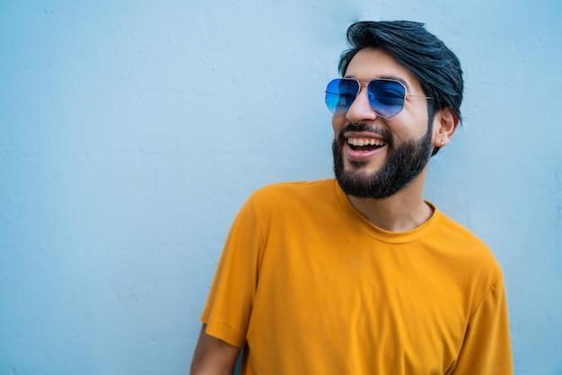 Homme portant des vêtements d'été et des lunettes de soleil.